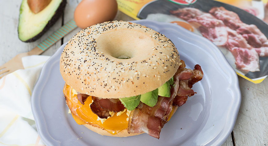 Bagel con cheddar bacon, uova e avocado